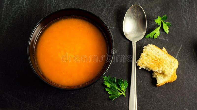 Soupe à lentille rouge, persil et croûtons image libre de droits
