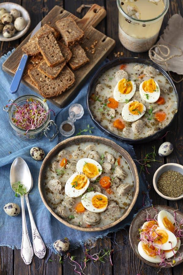 Soupe à levain avec la saucisse - zurek, soupe polonaise traditionnelle images libres de droits