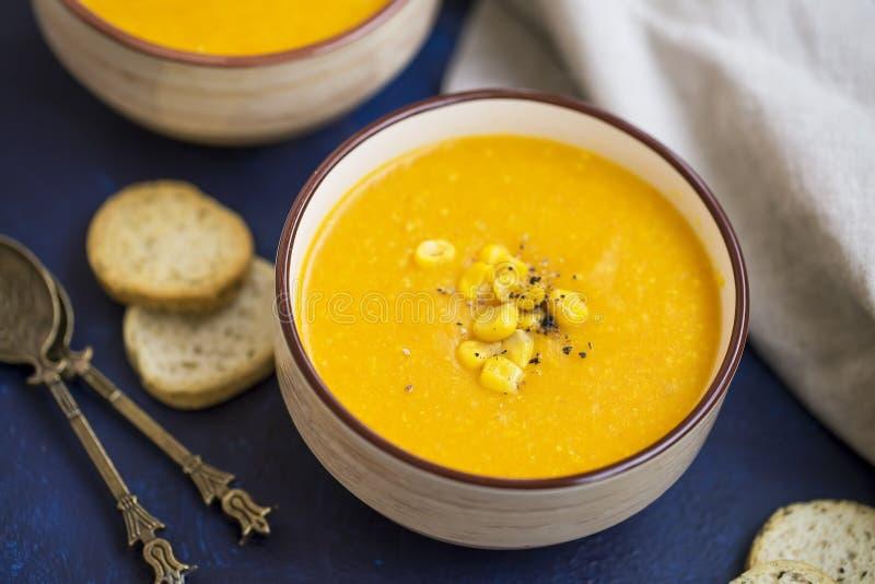 Soupe à maïs, potage aux légumes crémeux avec du maïs, soupe saine dans des cuvettes photographie stock libre de droits