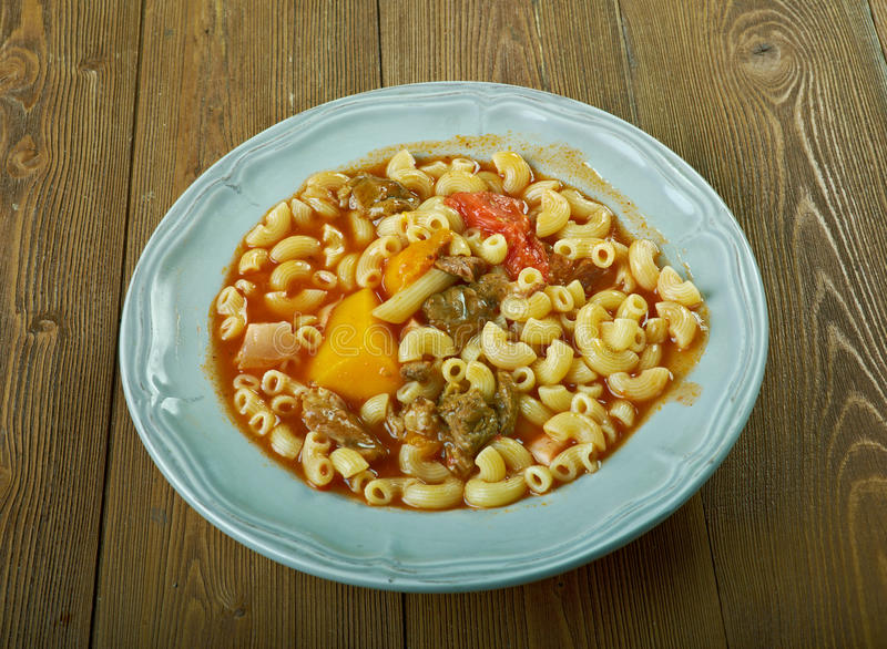 Soupe à macaronis de boeuf et de tomate image stock