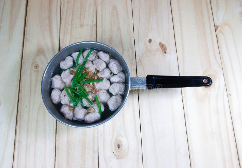 Soupe à Mindly avec la boule de porc sur le fond en bois image stock