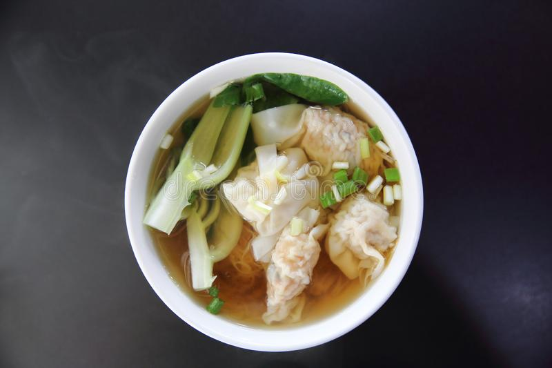 Soupe à nouille et à wonton sur une cuvette image stock