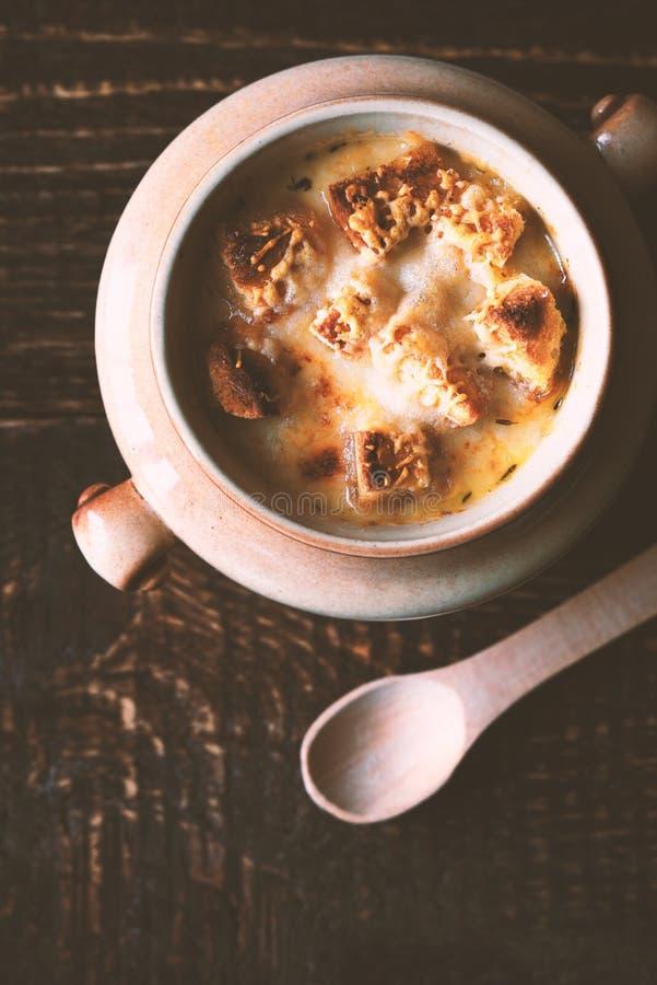Soupe à Oignon Dans Le Pot En Céramique Avec La Cuillère Sur La ...