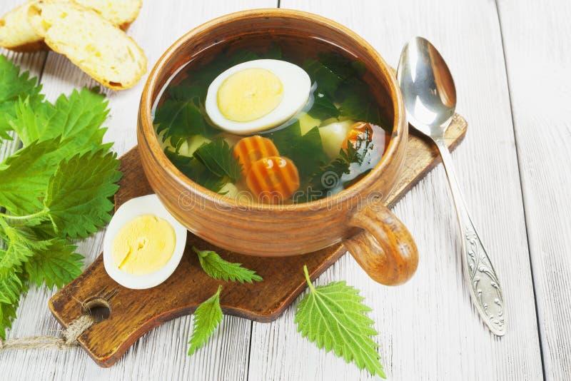 Soupe à ortie avec l'oeuf images stock