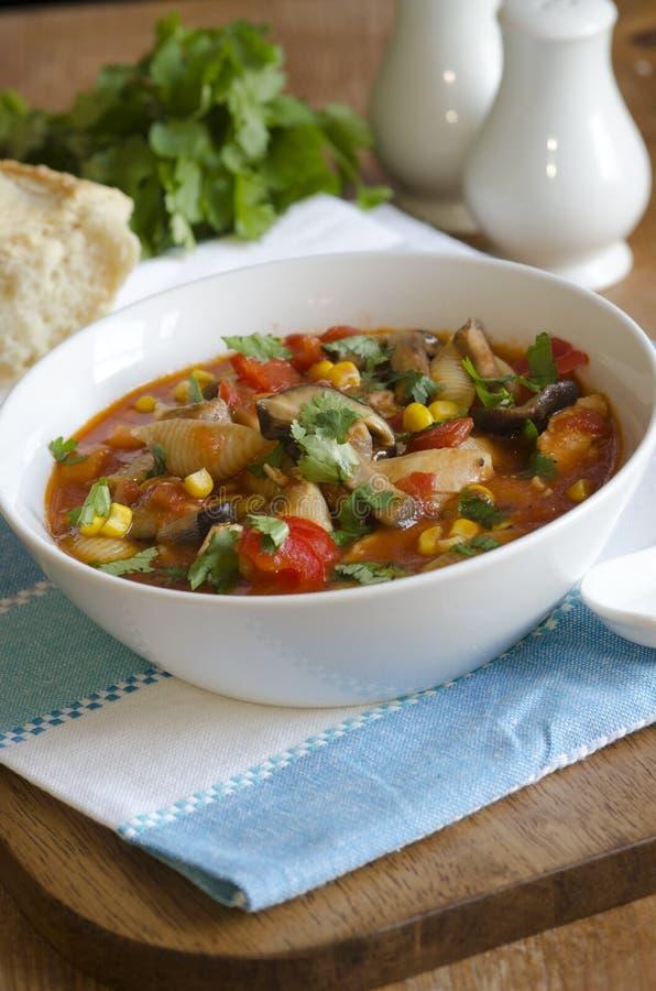 Soupe à pâtes de poulet images stock