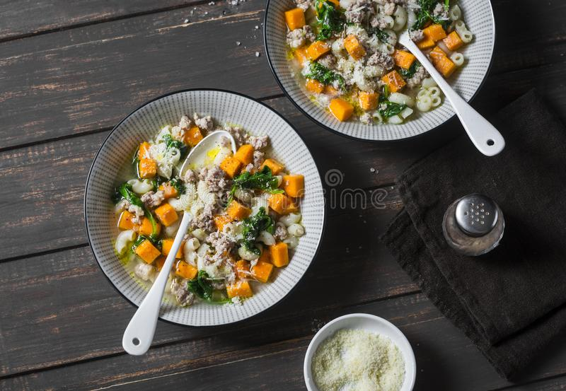 Soupe à patate douce et à saucisse de proc avec des épinards et des pâtes sur un fond foncé, vue supérieure Automne délicieux, no photos stock