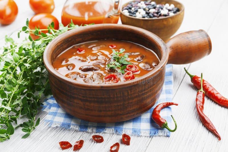 Soupe à piment avec les haricots rouges et les verts photo stock