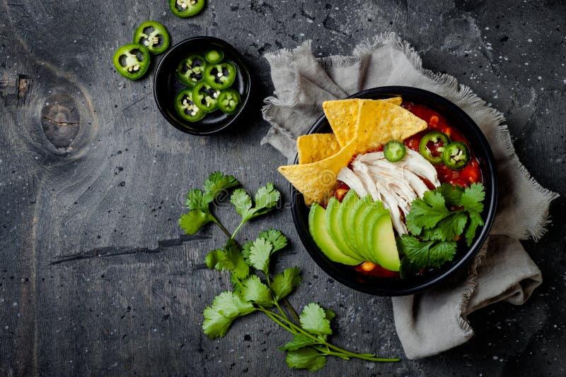 Soupe ? piment de tortilla de poulet avec des nachos, avocat, chaux, jalapeno Plat traditionnel mexicain photographie stock