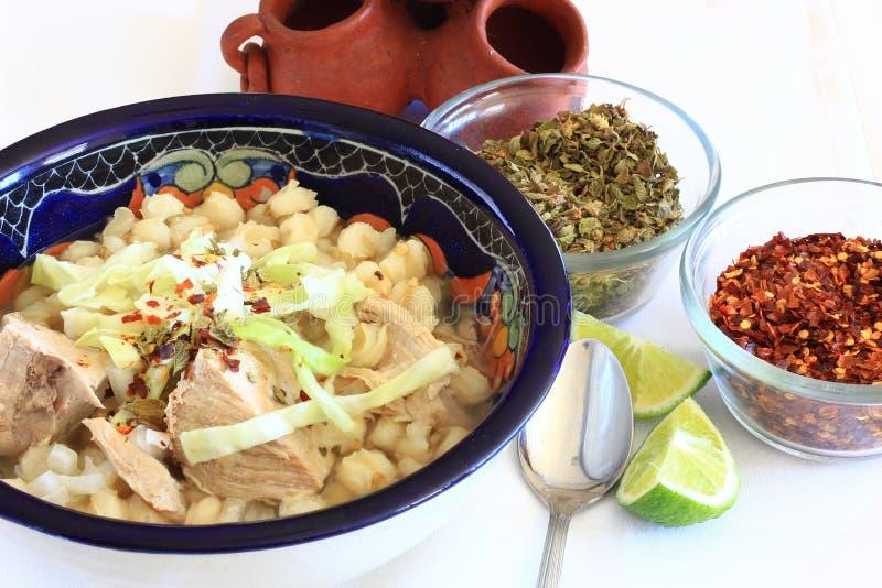 Soupe à porc et à semoule de maïs de Pozole de Mexicain photos libres de droits