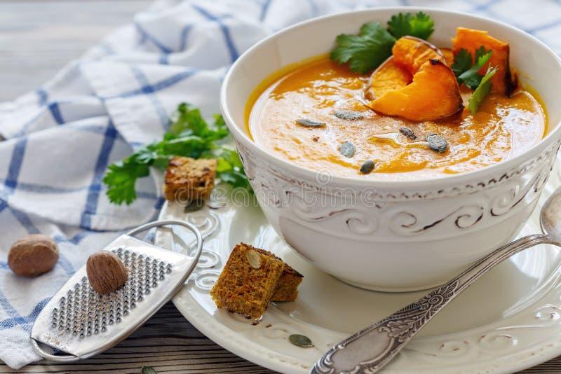 Soupe à potiron avec des gros morceaux de potiron et d'épices cuits au four photographie stock