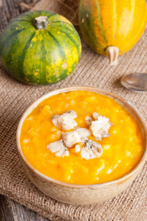 Soupe à potiron avec du fromage photographie stock libre de droits