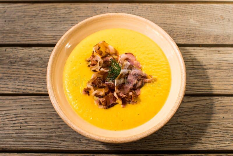 Soupe à potiron avec la vue supérieure de lard photo stock