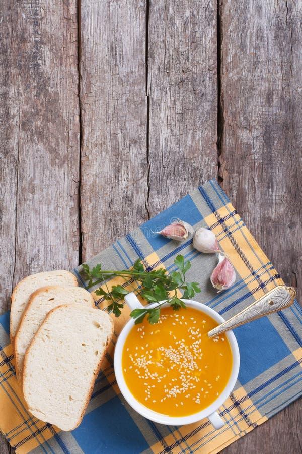 Soupe à potiron avec les graines de sésame, pain, persil photographie stock