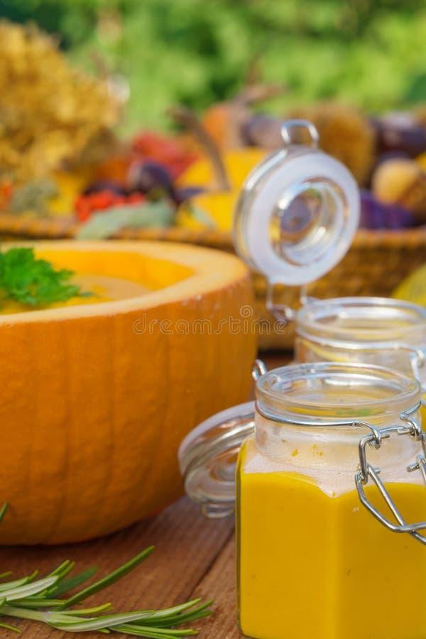 Soupe à potiron d'ébullition photographie stock libre de droits