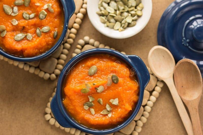 Soupe à potiron d'automne avec les graines de citrouille et l'amande, tir de table en bois rustique ci-dessus images libres de droits