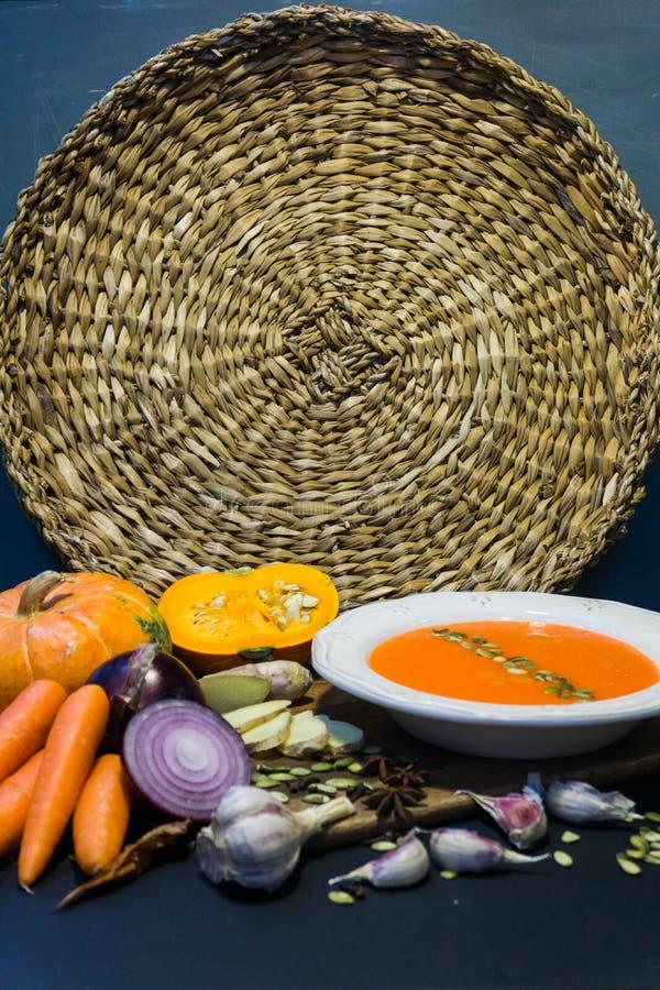 Soupe à potiron et potiron avec des légumes ail, carottes, oignon, épices, graines d'automne Humeur d'automne image libre de droits