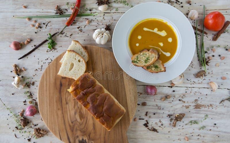 Soupe à potiron et à carotte avec du pain photos stock