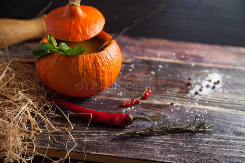Soupe à potiron pour la partie de Halloween sur la table images stock