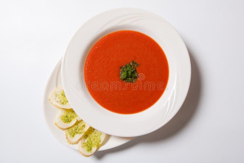 Soupe à tomate avec des pains grillés d'herbe et d'ail images stock