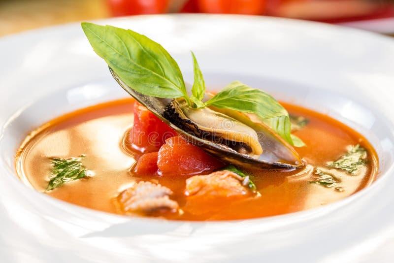 Soupe à tomate de fruits de mer images libres de droits