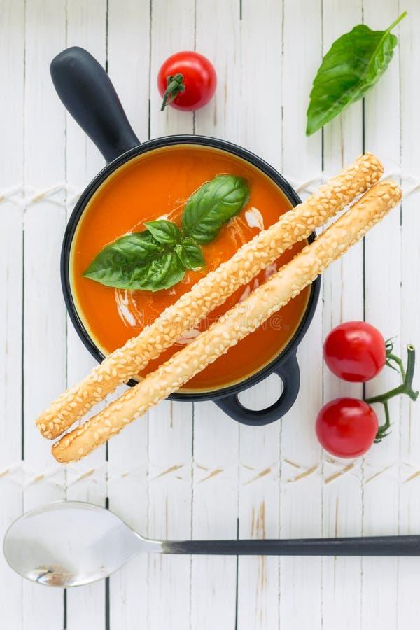 Soupe à tomate sur le conseil blanc photographie stock libre de droits