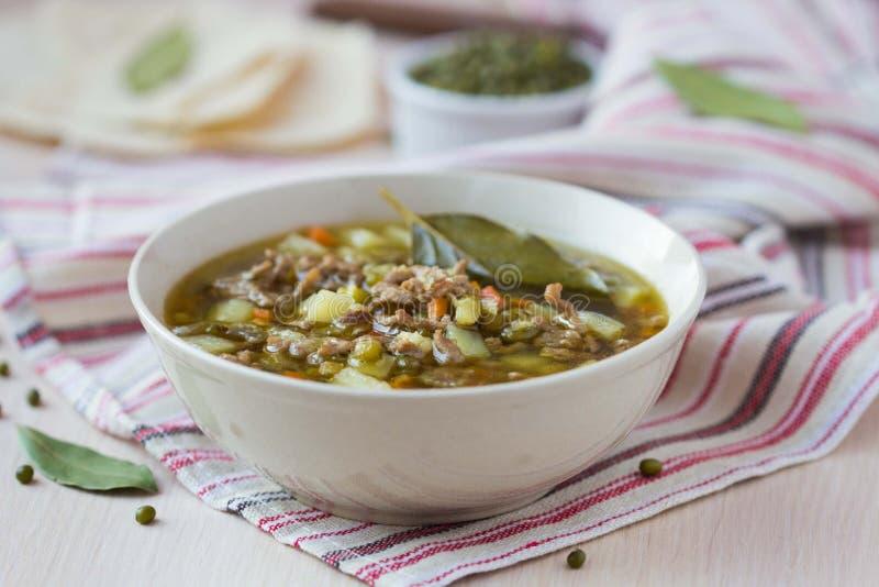Soupe à viande avec du boeuf, haricots verts de mung, légumineuses, Indien chaud photo libre de droits