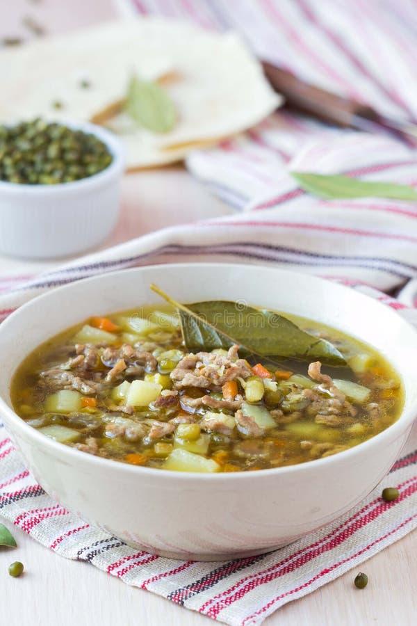 Soupe à viande avec du boeuf, haricots verts de mung, légumineuses, Indien chaud images libres de droits