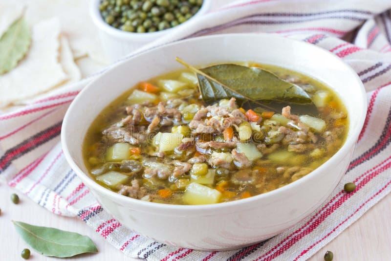 Soupe à viande avec du boeuf, haricots verts de mung, légumineuses, Indien chaud photos stock