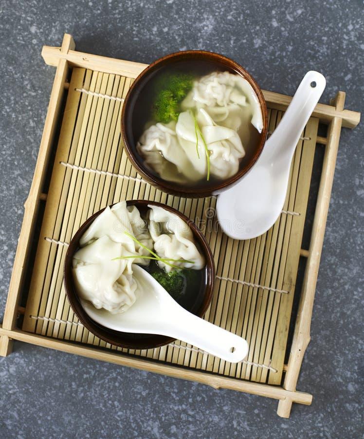 Soupe à wonton chinoise avec du porc dans la cuvette noire photo libre de droits