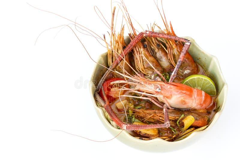 Soupe épicée avec la crevette d'isolement sur le fond blanc photos libres de droits