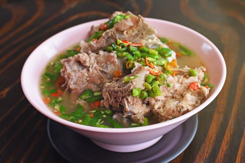 Soupe épicée thaïlandaise délicieuse avec des nervures de porc photographie stock