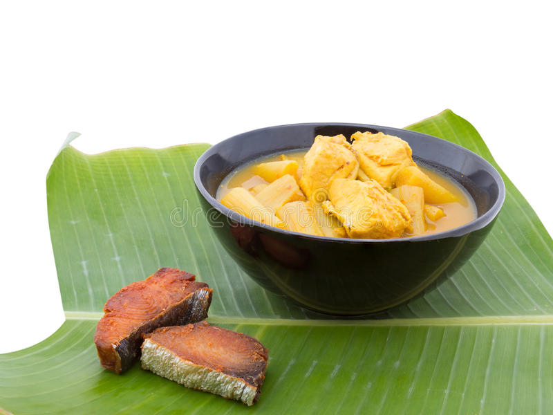 Soupe aigre chaude jaune avec les poissons et le légume, délicieux photographie stock