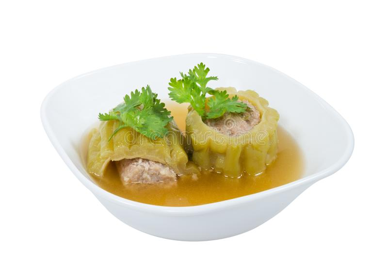 Soupe amère bourrée à courge avec du porc haché chevronné sur d'isolement sur le fond blanc, chemin de coupure images stock