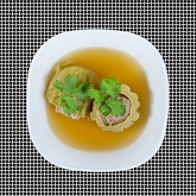 Soupe amère bourrée à courge avec du porc haché chevronné sur d'isolement sur le fond de modèle, chemin de coupure photographie stock