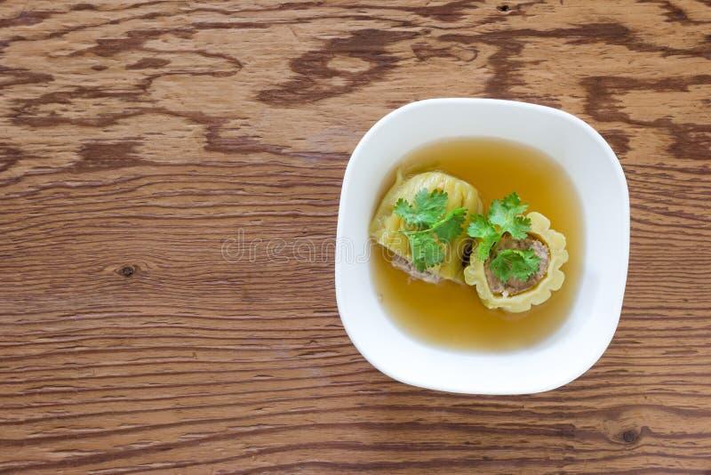 Soupe amère bourrée à courge avec du porc haché chevronné sur le fond en bois photo libre de droits