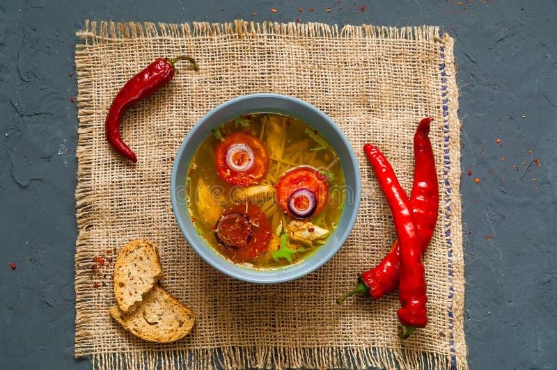 Soupe asiatique épicée avec les nouilles Soba de sarrasin et le filet de poulet dans la cuvette bleue sur la texture de la toile  images stock