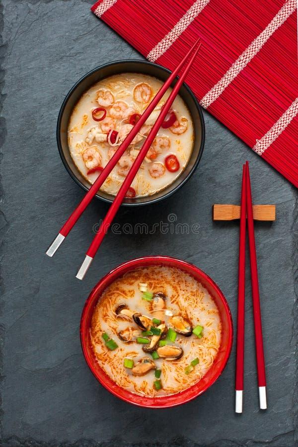 Soupe asiatique avec des nouilles photo libre de droits