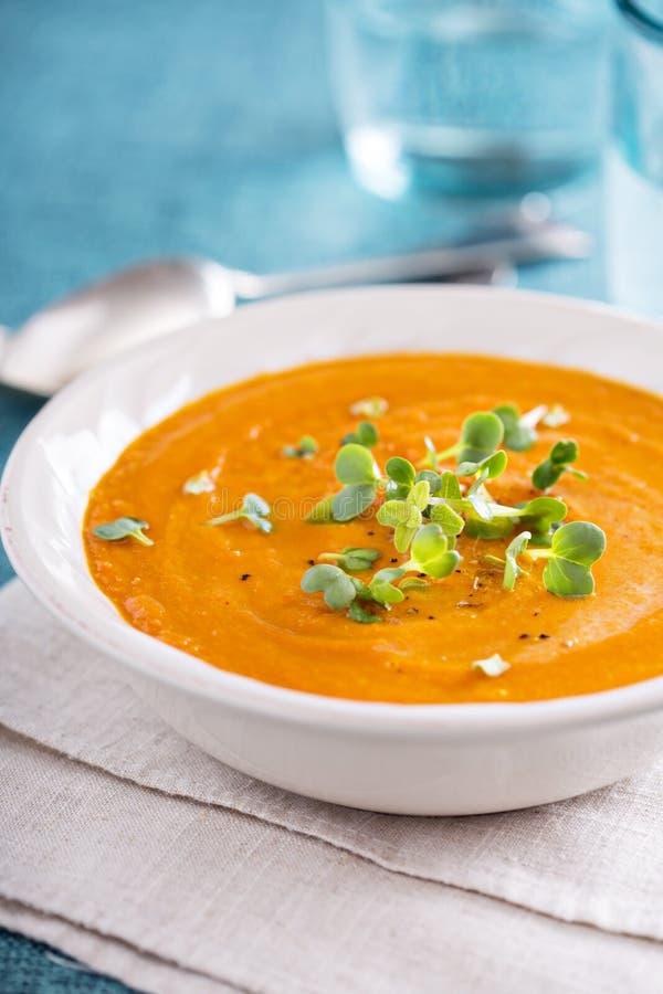 Soupe au curry à carotte avec de la crème et des herbes photo stock