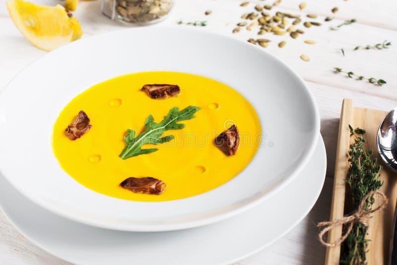 Soupe au curry à carotte avec des champignons et des herbes image libre de droits