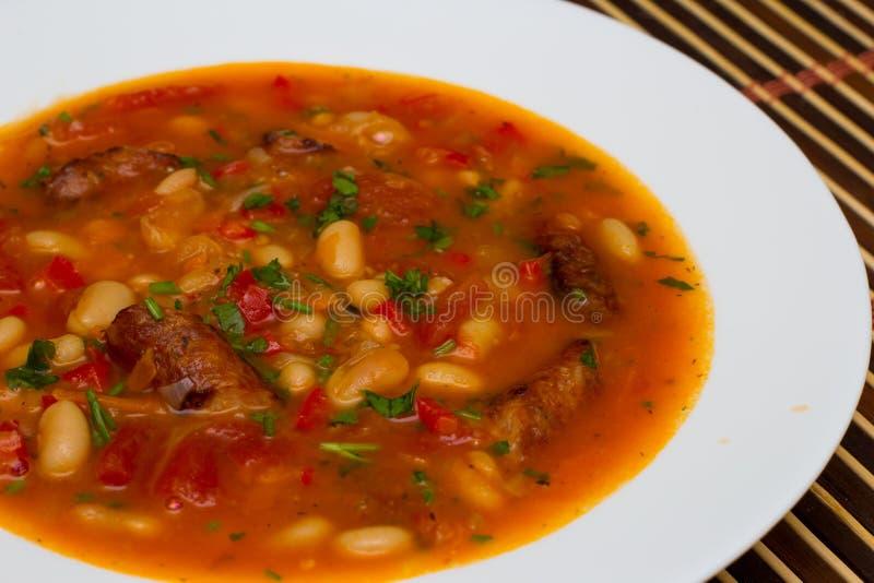 Soupe aux fèves avec des saucisses photo libre de droits