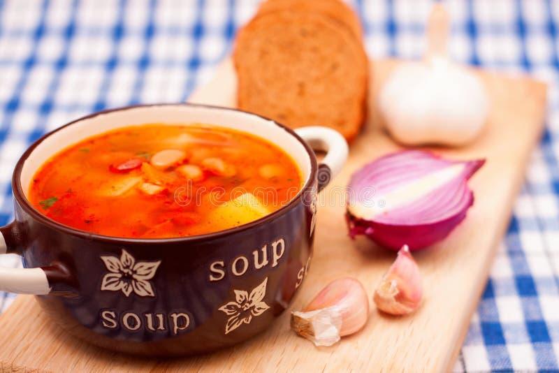 Soupe aux fèves dans la cuvette en céramique photographie stock