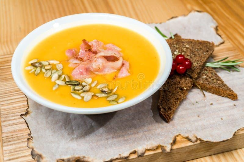 Soupe aux pois avec le lard sur une table en bois image stock