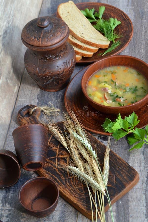 Soupe aux pois liquide fra?che sur le bouillon de poulet Soupe aux f?ves avec le persil Photo saine de verticale de petit d?jeune photo stock
