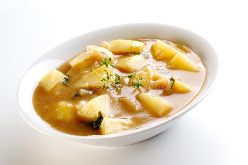 Soupe aux pommes de terre avec des herbes photographie stock libre de droits