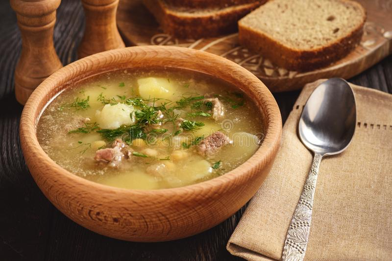 Soupe aux pommes de terre avec l'agneau et le pois chiche images stock