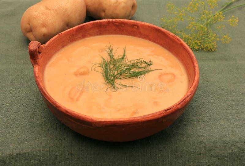 Soupe aux pommes de terre crémeuse et à aneth image stock