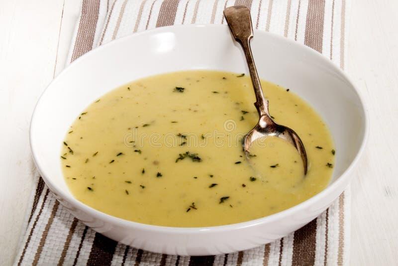 Soupe aux pommes de terre et à poireau avec le thym photos libres de droits