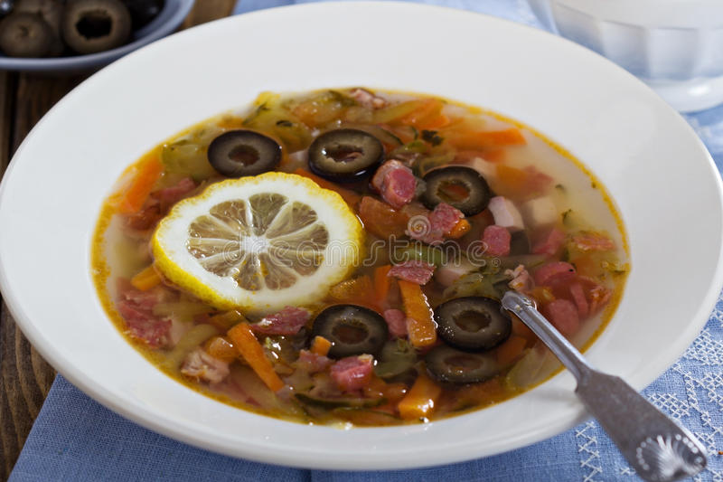 Soupe avec de la viande, la saucisse et les olives images stock