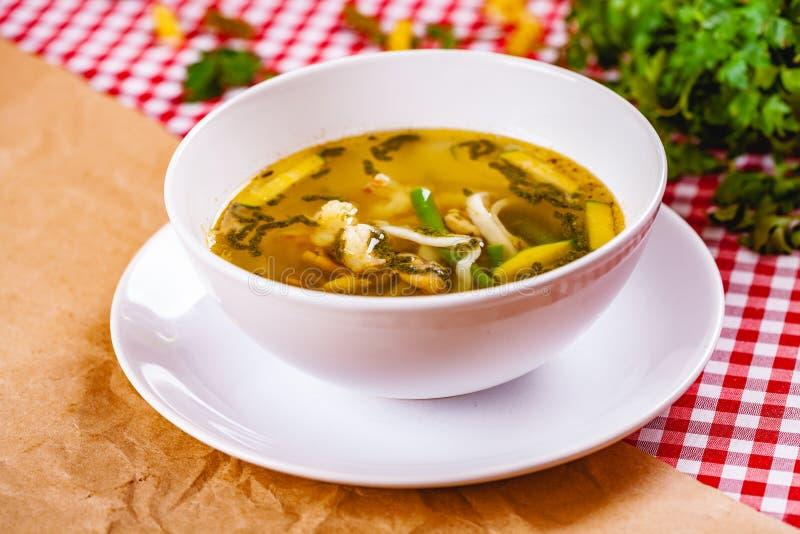 Soupe avec des légumes et des fruits de mer dans la cuvette blanche image libre de droits