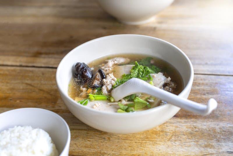 Soupe avec la cloque, bâton de cloque, champignon, végétal dans la cuvette blanche sur la table en bois Avec l'espace de copie po photographie stock libre de droits
